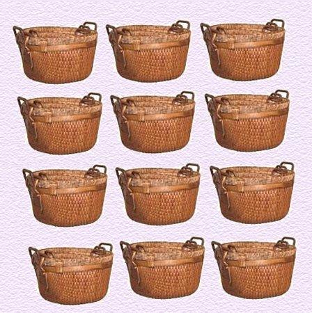 12 paniers avec les morceaux de pain qui restent